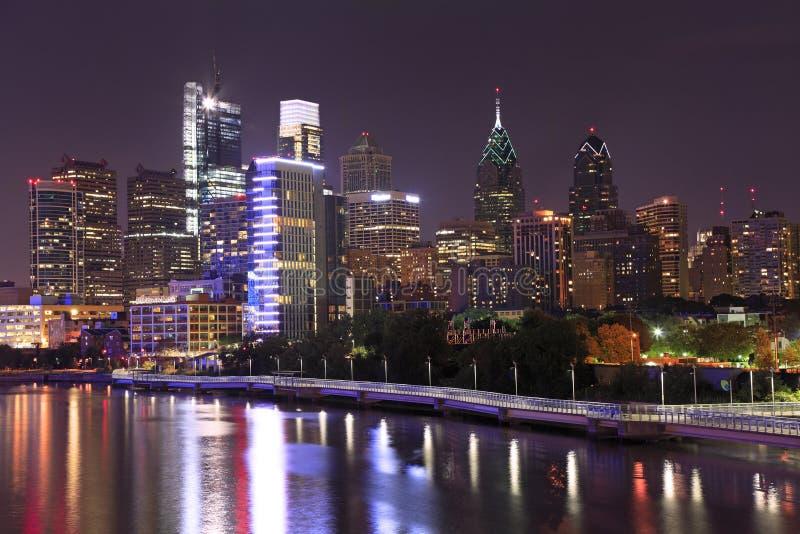Horizonte de Philadelphia iluminado y reflejado en el río de Schuylkill en la oscuridad foto de archivo