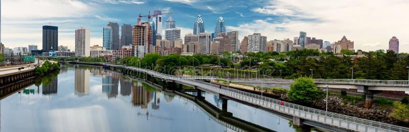 Horizonte de Philadelphia Pennsylvania a lo largo del río con p que camina imágenes de archivo libres de regalías