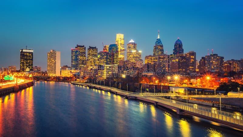 Horizonte de Philadelphia y río en la noche, los E.E.U.U. de Schuylkill fotografía de archivo