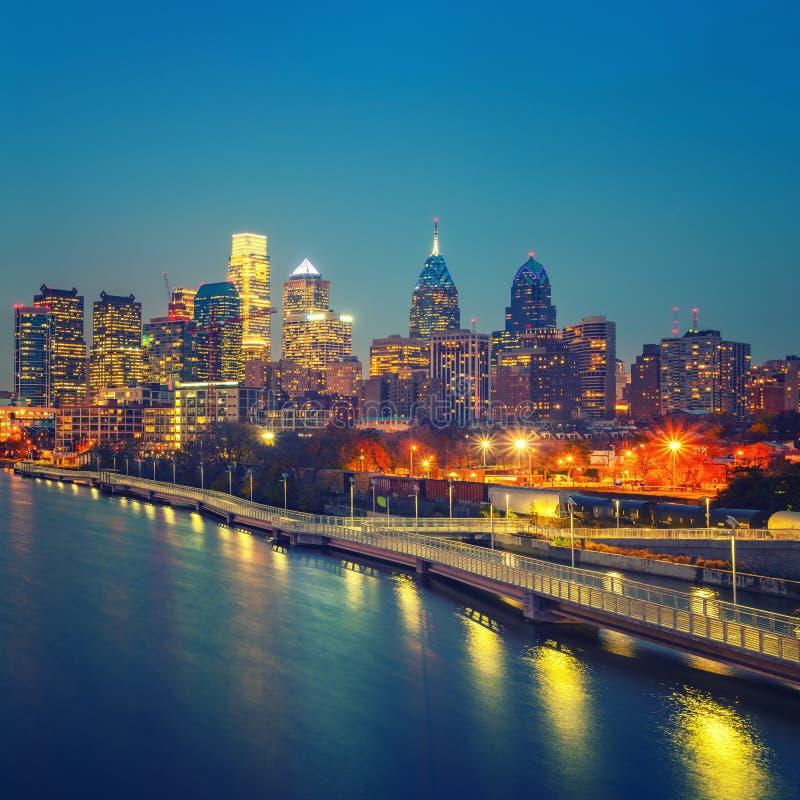 Horizonte de Philadelphia y río en la noche, los E.E.U.U. de Schuylkill fotografía de archivo libre de regalías