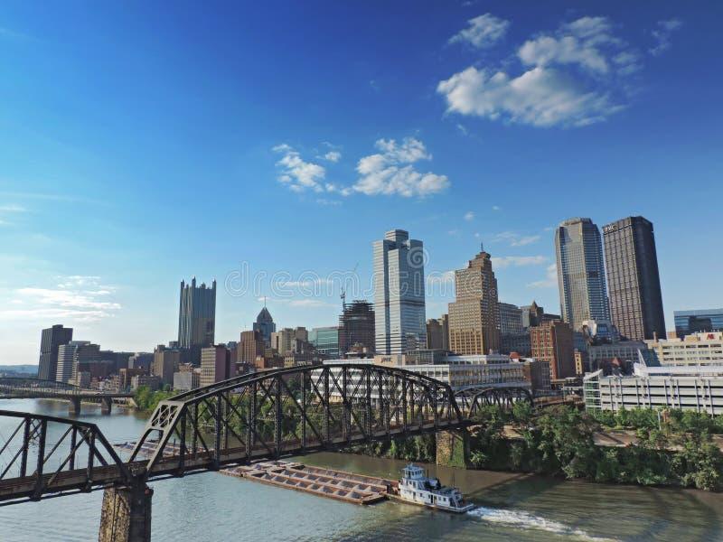Horizonte de Pittsburgh de Liberty Street Bridge imágenes de archivo libres de regalías
