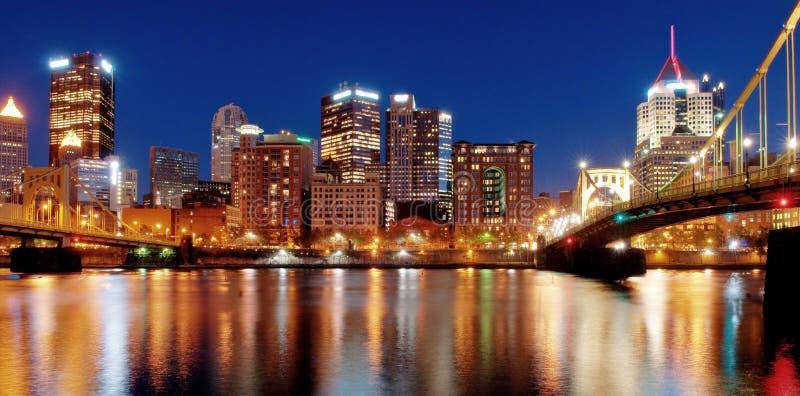 Horizonte de Pittsburgh en la noche fotos de archivo