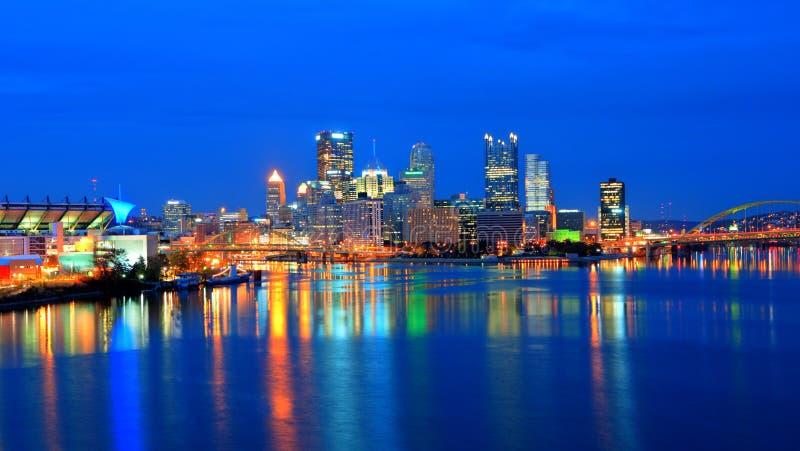 Horizonte de Pittsburgh en la noche fotografía de archivo