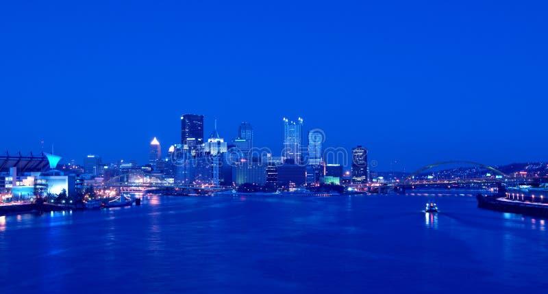 Horizonte de Pittsburgh en la noche imagenes de archivo