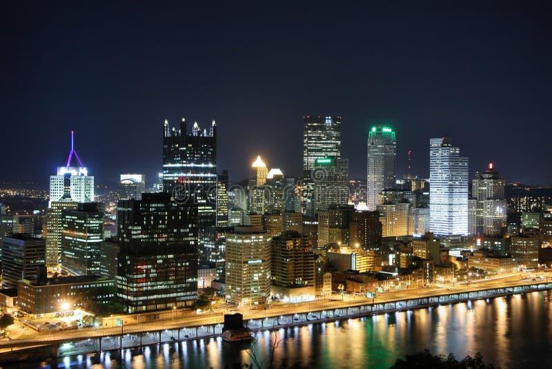 Horizonte de Pittsburgh en la noche imágenes de archivo libres de regalías