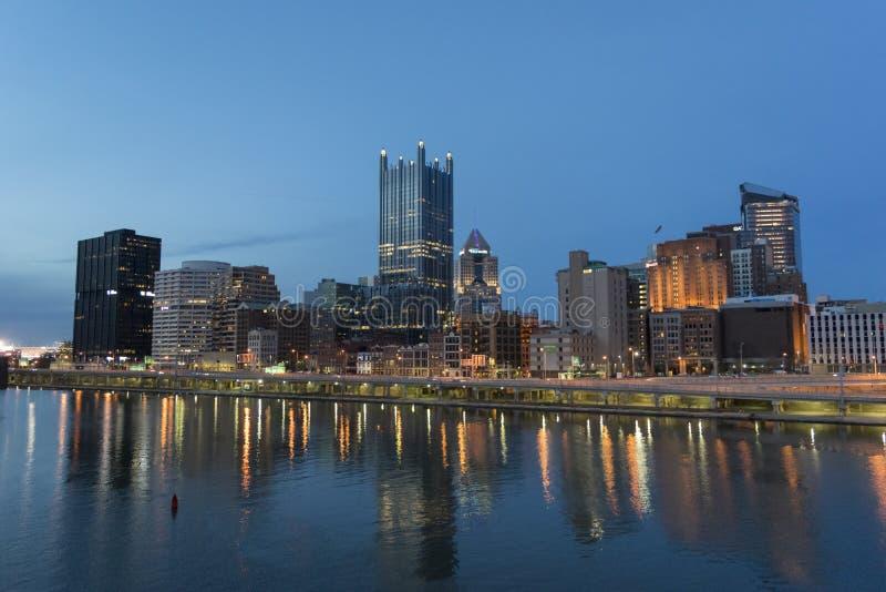 Horizonte de Pittsburgh en la noche imagen de archivo