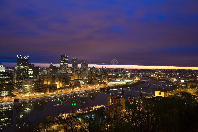 Horizonte de Pittsburgh en la salida del sol imagen de archivo libre de regalías