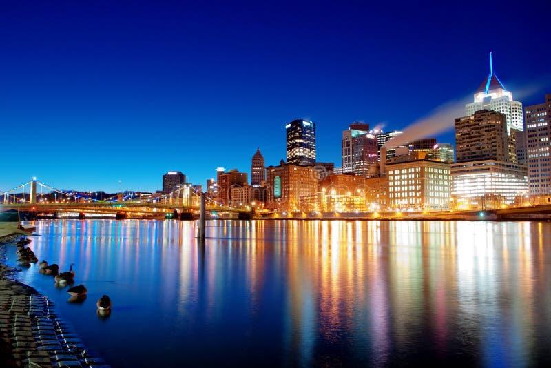 Horizonte de Pittsburgh en la salida del sol fotos de archivo