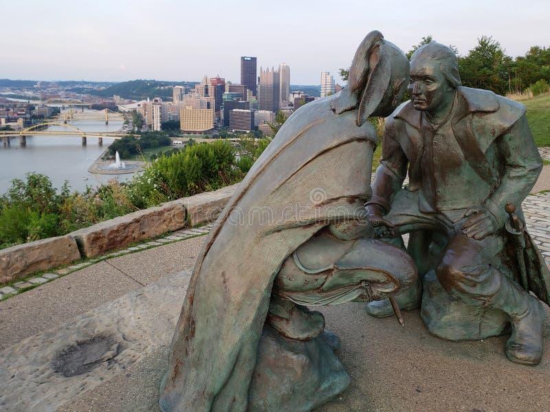 Horizonte de Pittsburgh de la ciudad y PA LOS E.E.U.U. de la opinión de la estatua foto de archivo