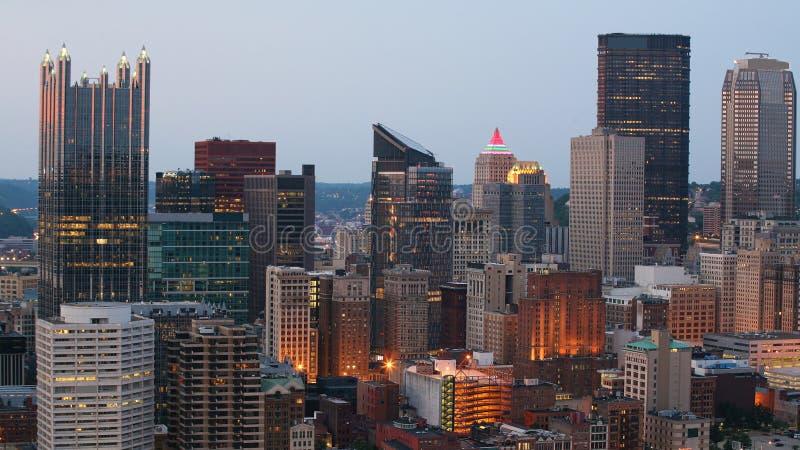 Horizonte de Pittsburgh, Pennsylvania en el crepúsculo fotos de archivo