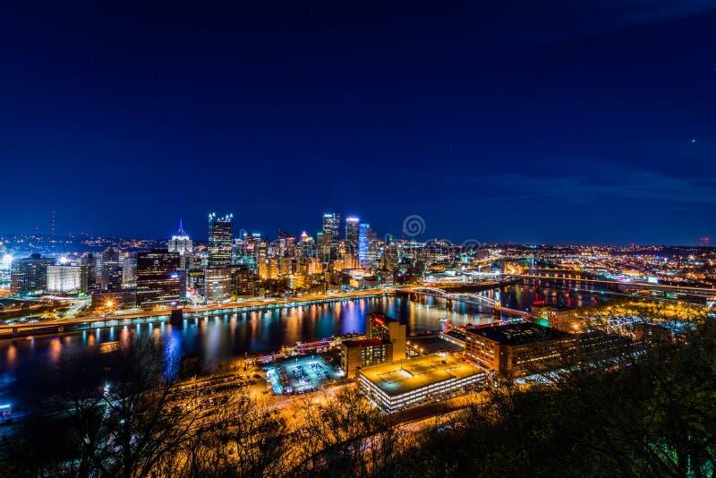 Horizonte de Pittsburgh, Pennsylvania en la noche del washingt del soporte foto de archivo libre de regalías