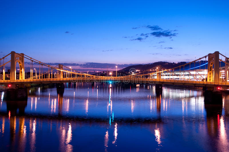 Horizonte de Pittsburgh: Puente de Andrés Warhol fotografía de archivo libre de regalías