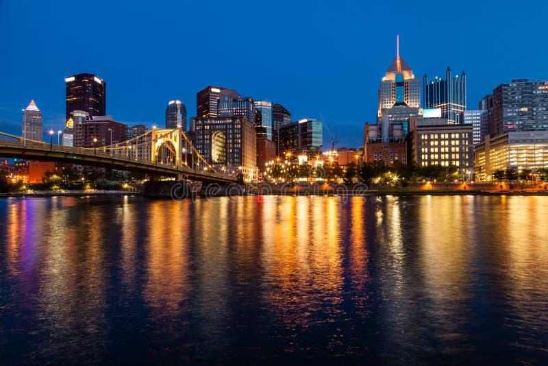 Horizonte de Pittsburgh y el río de Allegheny imagenes de archivo