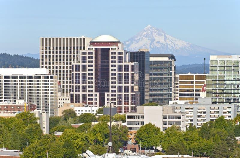 Horizonte de Portland Oregon con la capilla del Mt. imagen de archivo