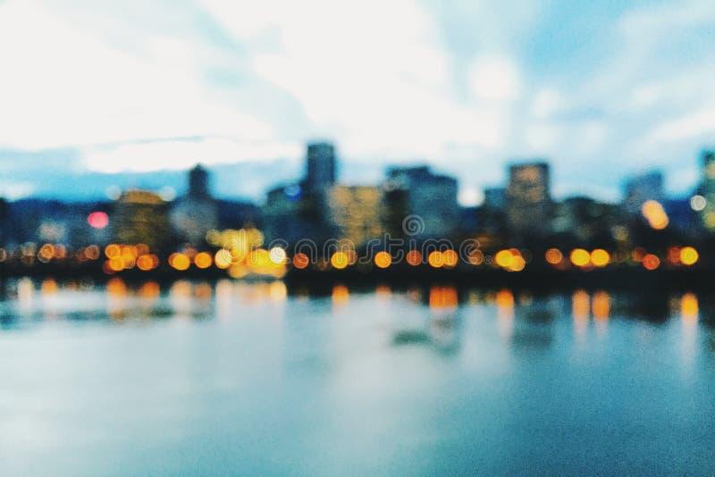Horizonte de Portland, Oregon, en la oscuridad y desenfocado imagen de archivo