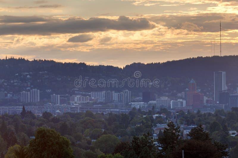 Horizonte de Portland y puente de Marquam durante puesta del sol imagen de archivo