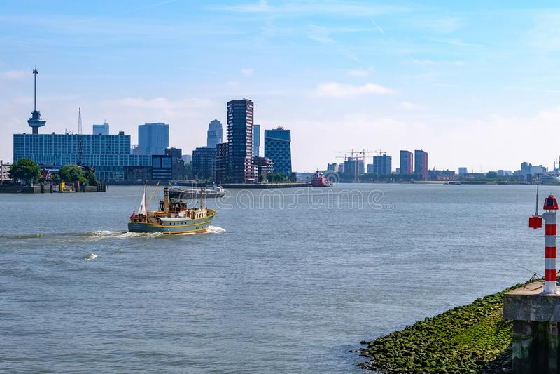 Horizonte de Rotterdam, Países Bajos, vistos del puerto más grande imagen de archivo