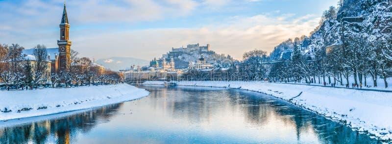 Horizonte de Salzburg con la fortaleza Hohensalzburg en el invierno, Austria foto de archivo libre de regalías