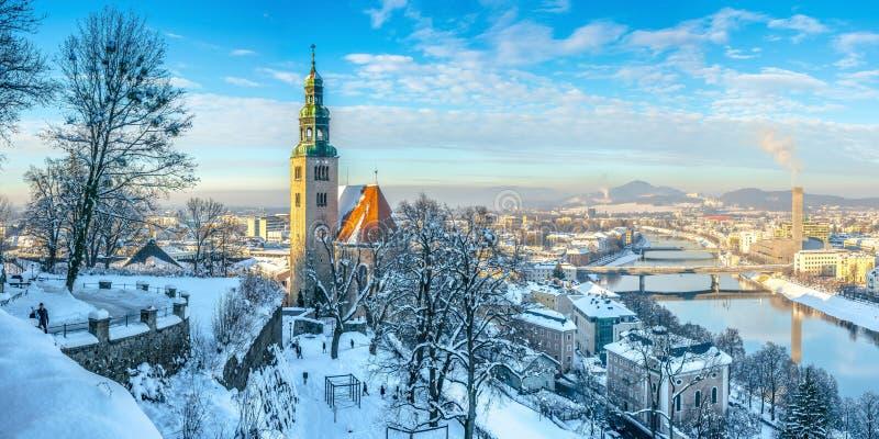 Horizonte de Salzburg con la iglesia en invierno, tierra de Salzburger, Austria de Muellner fotografía de archivo