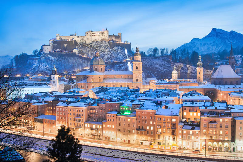 Horizonte de Salzburg en invierno según lo visto de Kapuzinerberg, tierra de Salzburger, Austria foto de archivo libre de regalías
