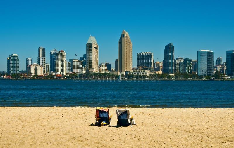 Horizonte de San Diego con las sillas de playa imagenes de archivo