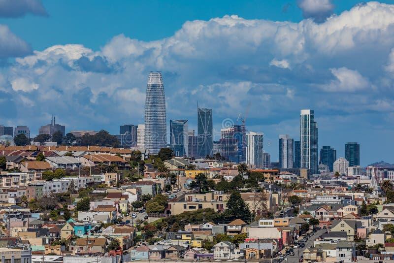 Horizonte de San Francisco con las nubes en el fondo fotos de archivo libres de regalías