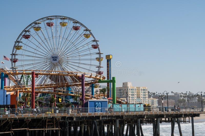 Horizonte de Santa Monica California en el embarcadero famoso Océano Pacífico en primero plano imagenes de archivo