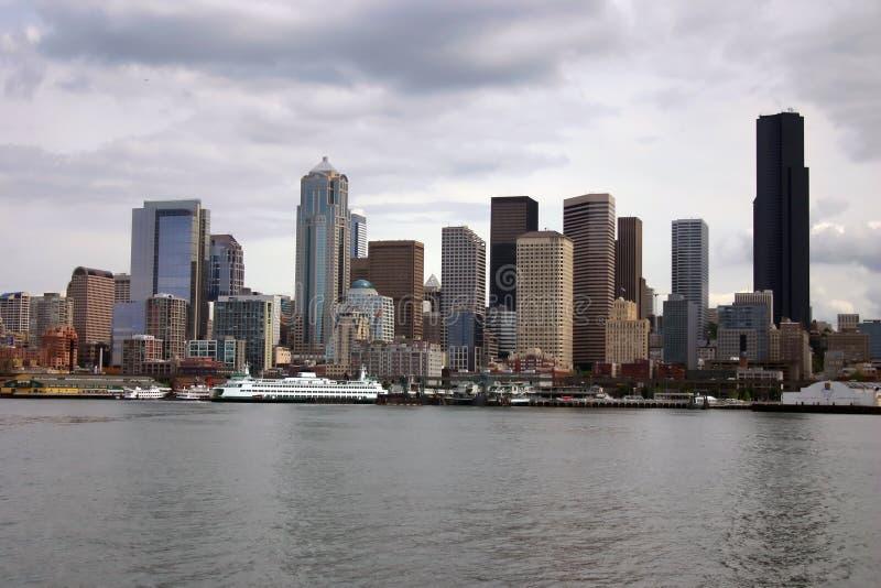 Horizonte de Seattle con el transbordador imagen de archivo