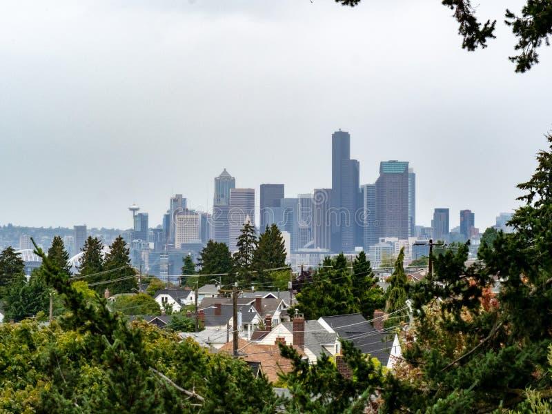 Horizonte de Seattle de la vecindad residencial en día cubierto imagenes de archivo