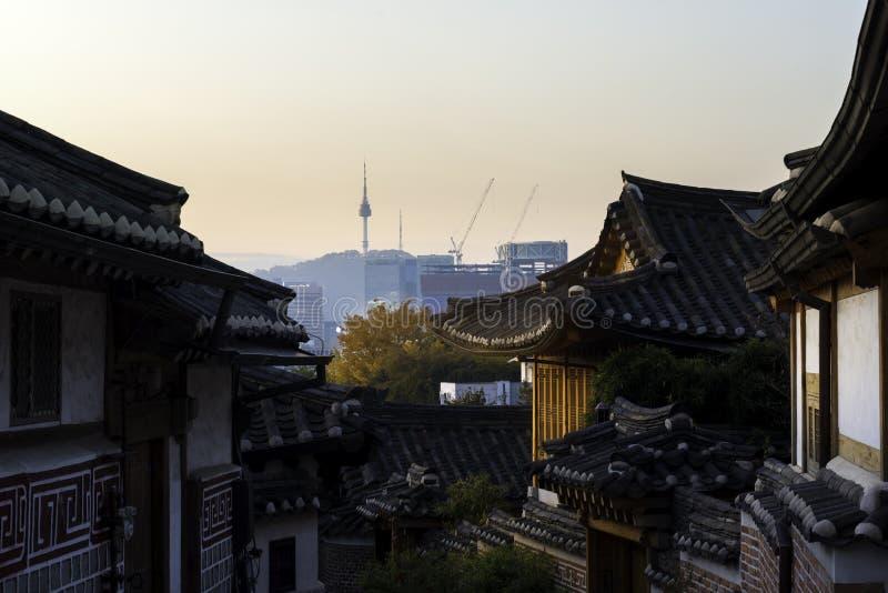 Horizonte de Seul Corea con el distrito histórico de Bukchon Hanok en Seou imágenes de archivo libres de regalías