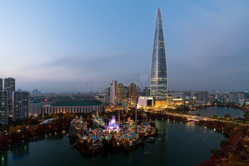 Horizonte de Seul, la mejor vista de la Corea del Sur de la Corea del Sur con la alameda del mundo de Lotte en Jamsil en Seul fotografía de archivo