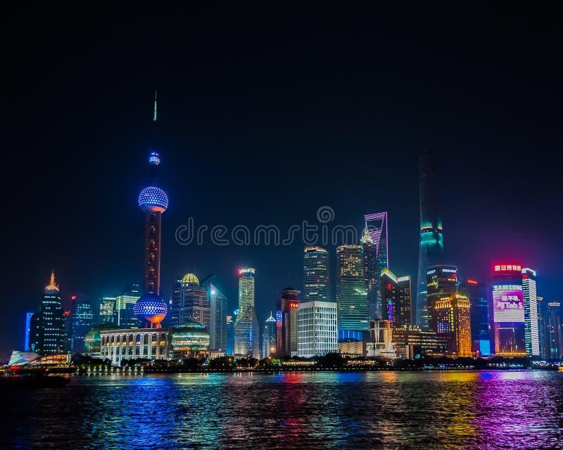 Horizonte de Shangai en la noche imagen de archivo libre de regalías