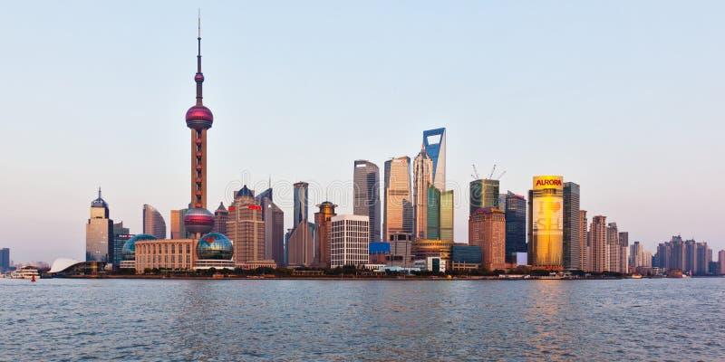 Horizonte de Shangai en la puesta del sol fotografía de archivo