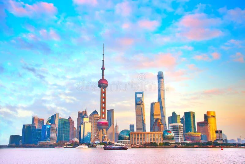 Horizonte de Shangai en la puesta del sol China fotos de archivo