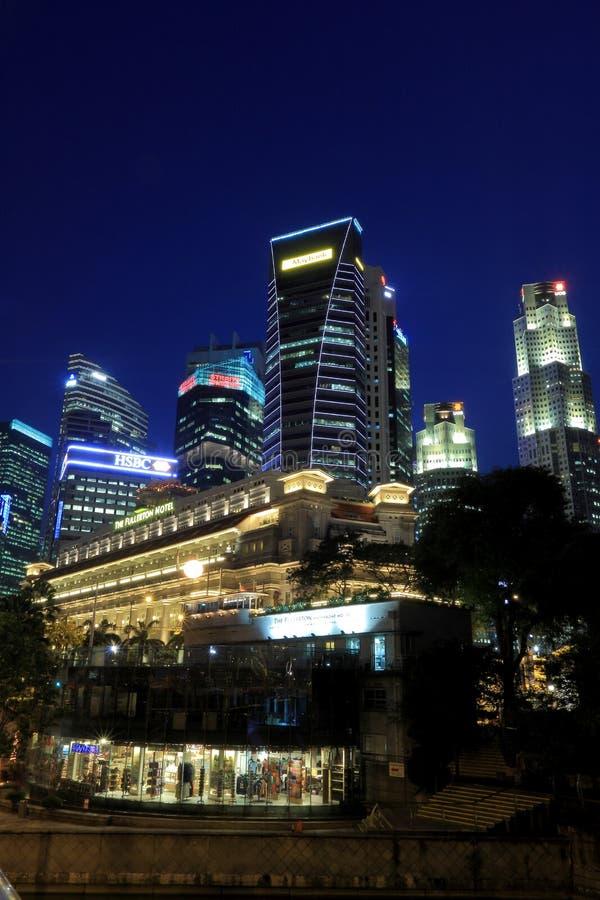 Horizonte de Singapur con el hotel del fullerton en el primero plano imagen de archivo libre de regalías