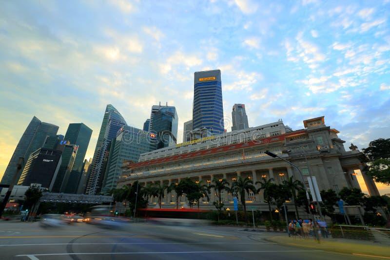 Horizonte de Singapur con el hotel del fullerton en el primero plano fotos de archivo
