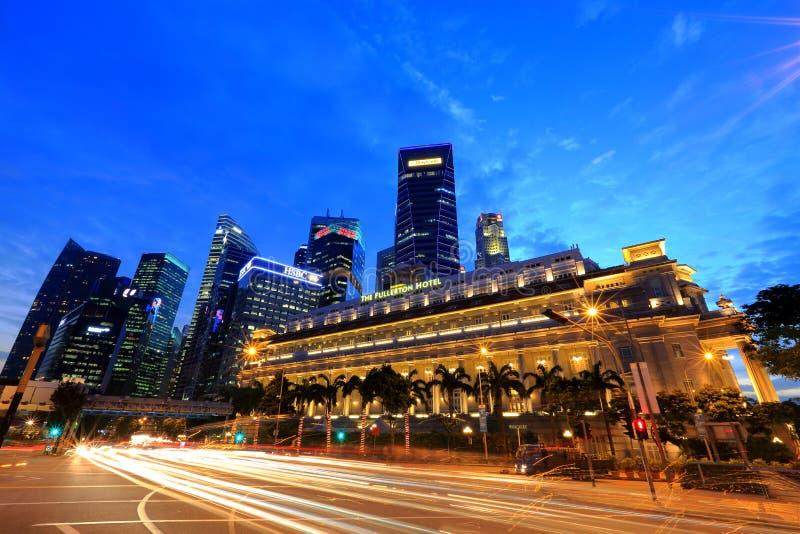 Horizonte de Singapur con el hotel del fullerton en el primero plano imagenes de archivo