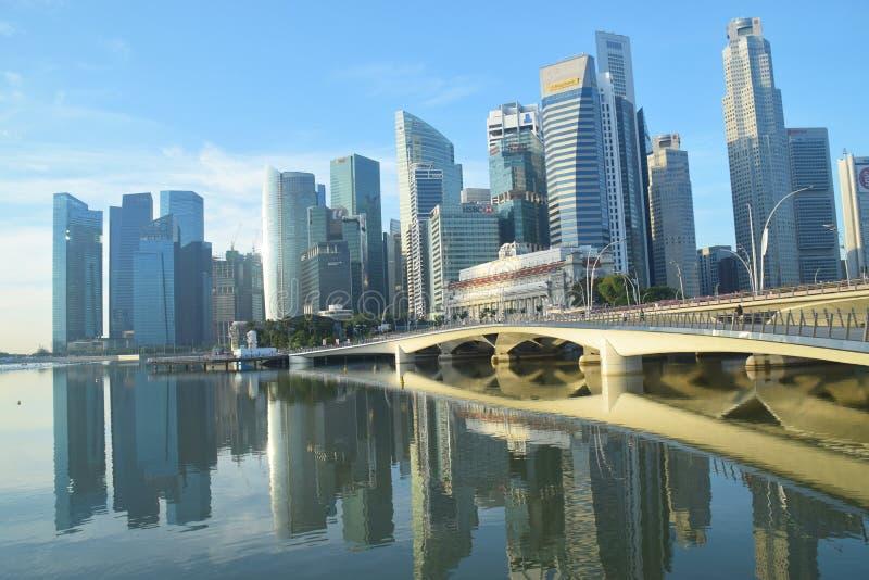 Horizonte de Singapur de la salida del sol con el puente del jubileo fotos de archivo libres de regalías