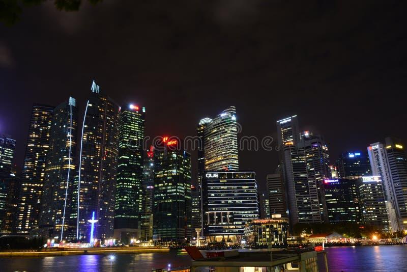 Horizonte de Singapur en la noche imagenes de archivo