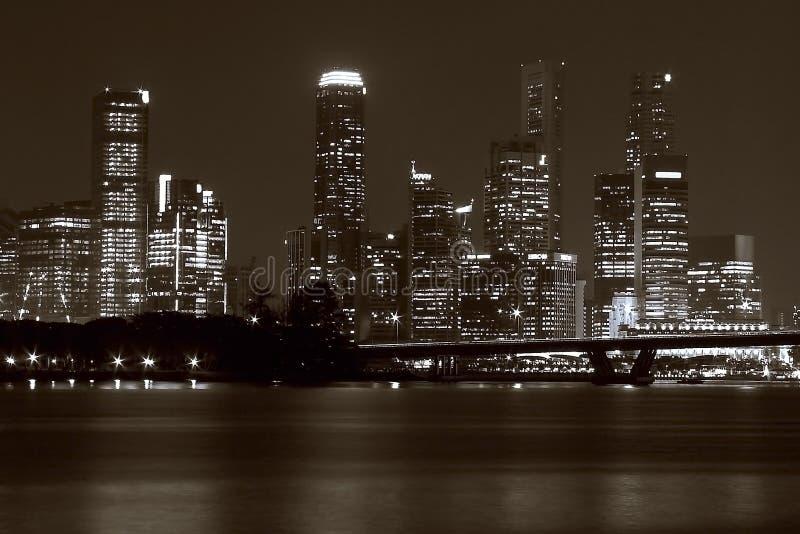 Horizonte de Singapur en la noche fotografía de archivo libre de regalías