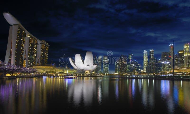 Horizonte De Singapur Por La Costa Del Río En La Oscuridad Foto de archivo libre de regalías