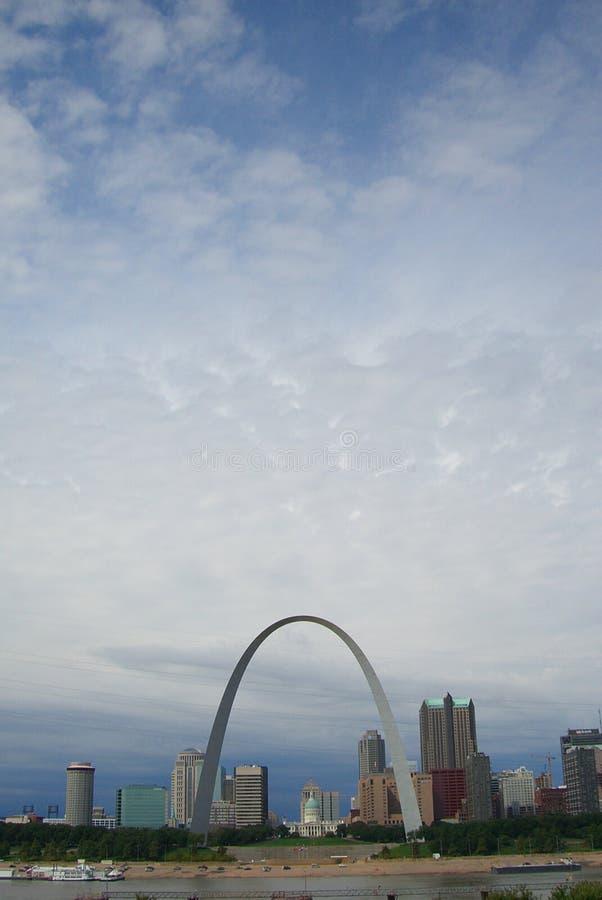 Horizonte de St Louis - arco del Gateway fotografía de archivo