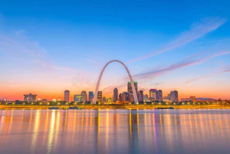 Horizonte de St. Louis, Missouri, los E.E.U.U. imagenes de archivo