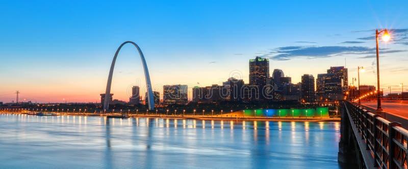 Horizonte de St. Louis, Missouri y arco de la entrada foto de archivo libre de regalías