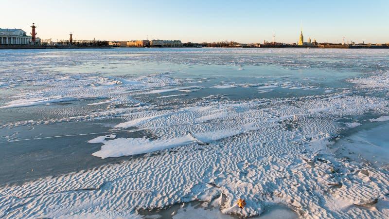 Horizonte de St Petersburg con el río congelado de Neva foto de archivo