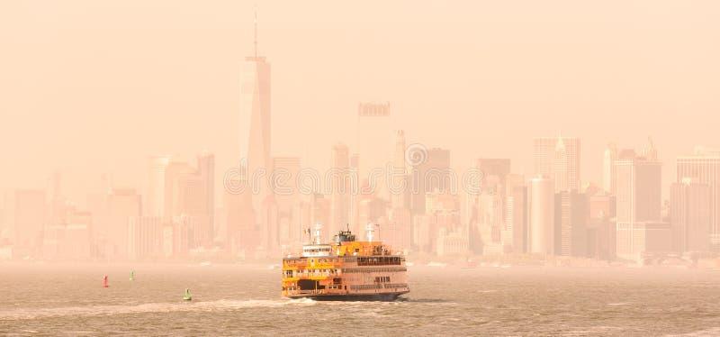 Horizonte de Staten Island Ferry y del Lower Manhattan, Nueva York, los E.E.U.U. foto de archivo libre de regalías