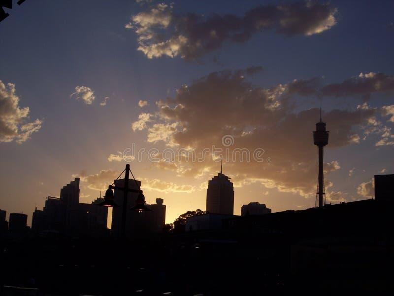 Horizonte de Sydney en la puesta del sol imagen de archivo libre de regalías