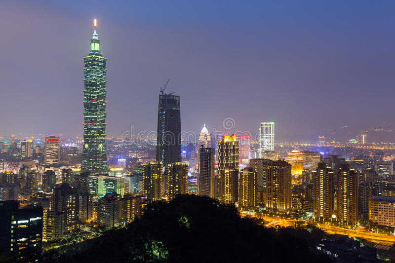Horizonte de Taipei en la noche imagen de archivo