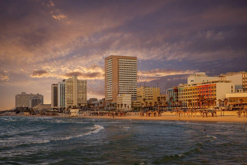 Horizonte de Tel Aviv en la playa de Frishman en Israel foto de archivo libre de regalías