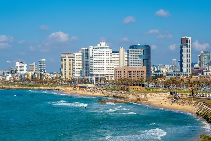 Horizonte de Tel Aviv, Israel por la playa en la oscuridad fotos de archivo libres de regalías